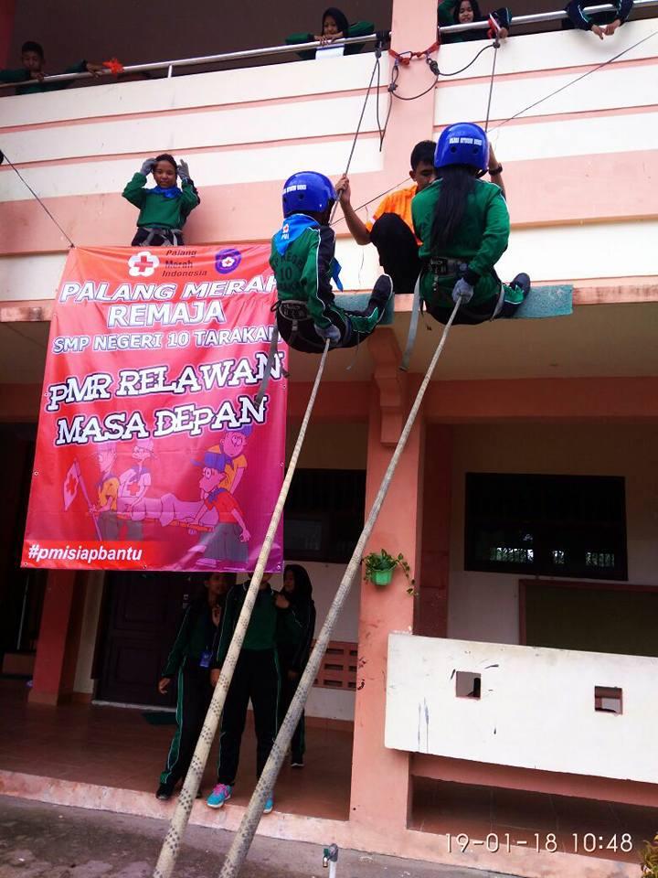 Latihan Rapling yang dikuti oleh 20 orang PMR Madya SMP Negeri 10 Tarakan. Jumat, 19 Januari 2018.  - (Ada 0 foto)
