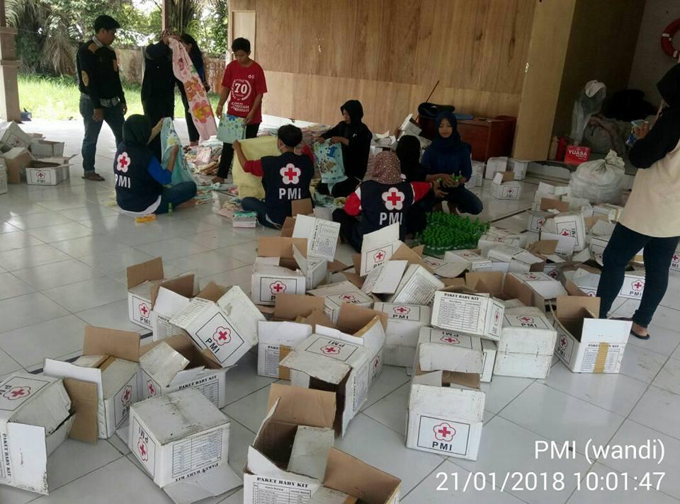 staf dan relawan PMI kab. Bulungan melakukan penyortiran barang bantuan untuk di distribusikan ke da - (Ada 0 foto)