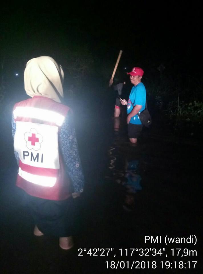Tim PMI Kabupaten Bulungan bersama PMI Propinsi Kaltara melakukan Asessment wilayah banjir di Tanjun - (Ada 0 foto)