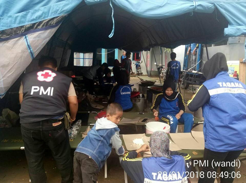 staf dan relawan PMI kab. Bulungan membantu di dapur umum Tagana dan mendistribusikan makanan ke lok - (Ada 0 foto)