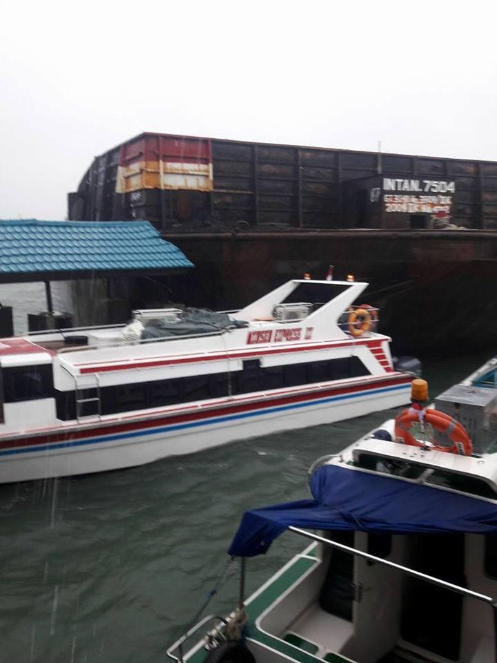 akibat hujan deras dan gelombang membuat sebuah tongkang hanyut ke pinggir hingga menabrak pelabuhan - (Ada 0 foto)