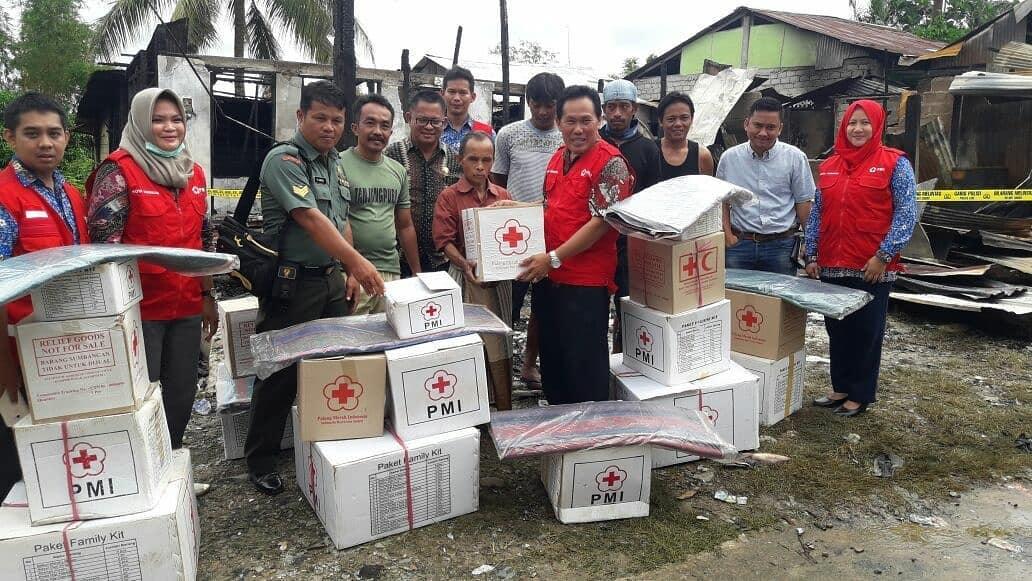 PMI Kota Tarakan melakukan distribusi bantuan kepada korban kebakaran - (Ada 0 foto)